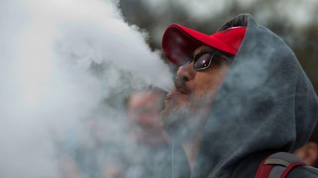 Un homme fume avec une cigarette électronique lors d'une manifestation aux Etats-Unis (photo d'illustration)