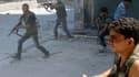Combattans de l'Armée libre syrienne dans le centre d'Alep. L'armée syrienne, appuyée par des chars et un hélicoptère de combat, poursuit son offensive contre les positions rebelles dans la capitale économique du pays. /Photo prise le 5 août 2012/REUTERS/