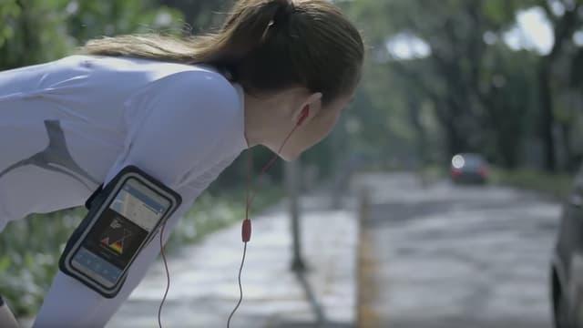 L'application Safe&Sound Music Player utilise la géolocalisation ainsi que le micro du smartphone pour réintroduire le bruit de la rue dans les écouteurs des piétons.