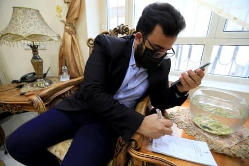 Le Dr Sami Yahya al-Hajj au téléphone avec un patient, à Sanaa, au Yémen, le 2 juin 2020