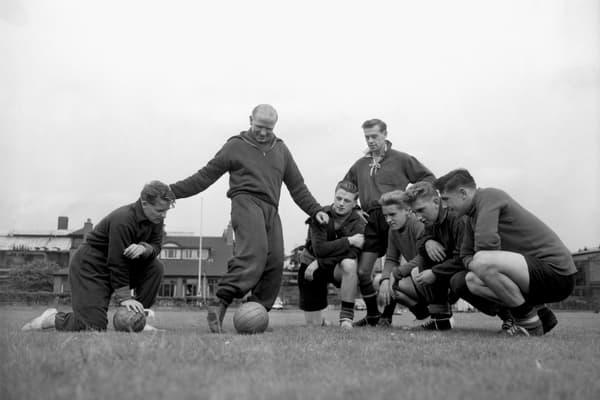 """Matt Busby (debout au centre) entouré de ses """"Busby Babes"""" de Manchester United"""