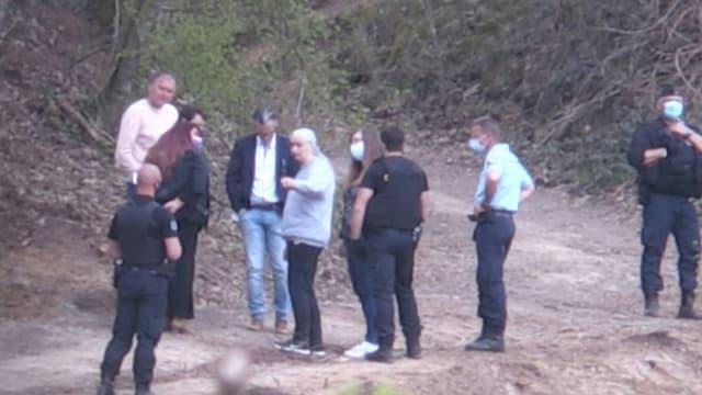 L'ex-femme du tueur Michel Fourniret, Monique Olivier, s'entretient avec les enquêteurs lors de l'opération de recherche des restes d'Estelle Mouzin, dans le bois d'Issancourt-et-Rumel, le 28 avril 2021.