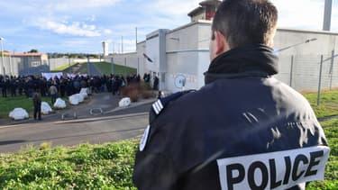 Un policier devant des surveillants de prison en grève, le 22 janvier 2018 à la prison de Béziers.