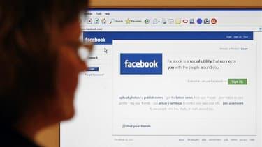 Un internaute en conflit avec Facebook a été autorisé par la cour d'appel de Pau (Pyrénées-Atlantiques) à poursuivre le réseau social devant le tribunal de Bayonne et non en Californie, siège de l'opérateur. /Photo d'archives/REUTERS/Simon Newman