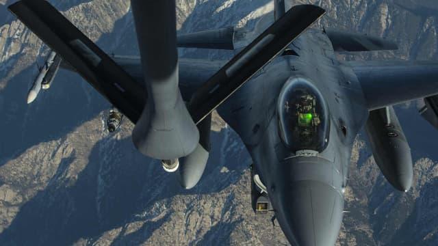 Un Falcon de l'US Air Force de la coalition internationale de lutte contre Daesh survole l'Afghanistan, le 29 décembre 2015.