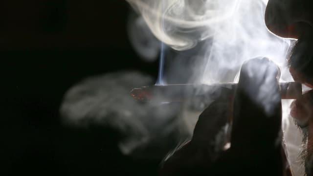 Un homme fume une cigarette à Koweït, le 29 septembre 2017. (Photo d'illustration)