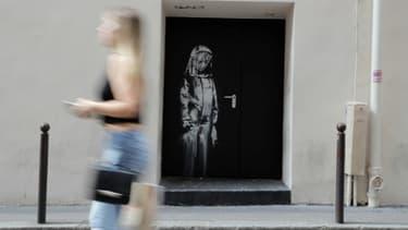 L'oeuvre attribuée à Banksy sur une porte de la salle du Bataclan, à Paris, le 25 juin 2018