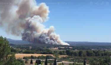 La fumée est visible jusqu'à Martigues, selon des témoins