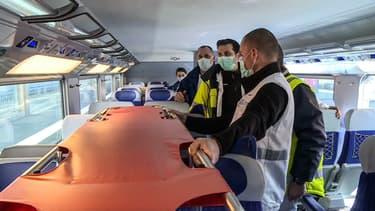 Des soignants dans le TGV