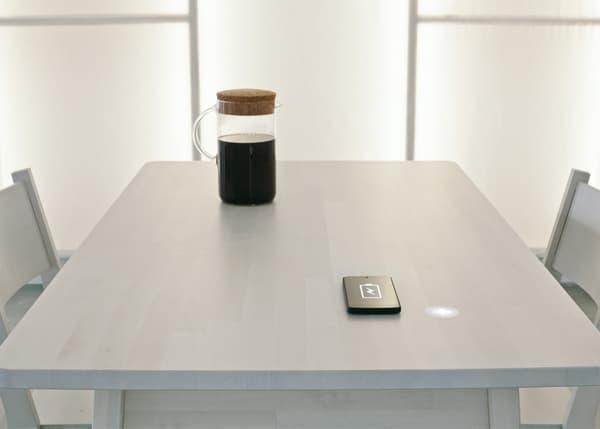 La table qui transforme la chaleur (de la cafetière) en électricité (pour le smartphone).