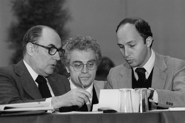 Filiation politique. Le président François Mitterrand discutant avec son Premier ministre, Laurent Fabius, sous le regard du premier secrétaire du PS, Lionel Jospin, le 19 décembre 1984.