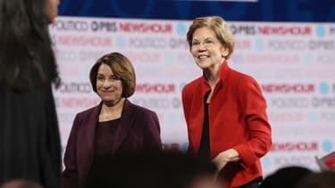Elizabeth Warren et Amy Klobuchar sur scène après un débat de la primaire démocrate en vue de l'élection présidentielle américaine, le 19 décembre 2019