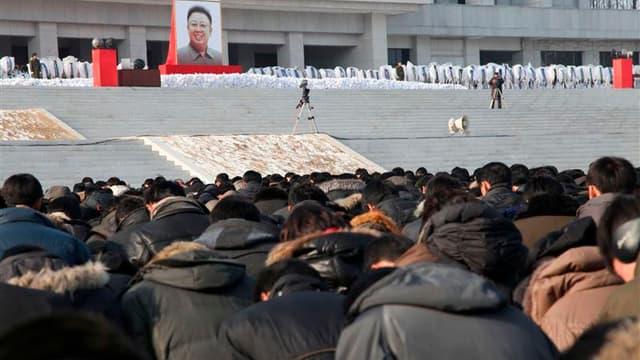 """A Pyongyang, où cent mille soldats en uniforme et une immense foule de civils se sont rassemblés jeudi en silence au lendemain des funérailles de Kim Jong-il. La Corée du Nord a célébré jeudi l'héritage militaire laissé par le """"Cher dirigeant"""" et intronis"""