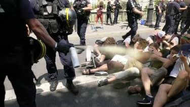 Image extraite d'une des vidéos tournant sur les réseaux sociaux, dans laquelle un CRS gaze des manifestants au sol
