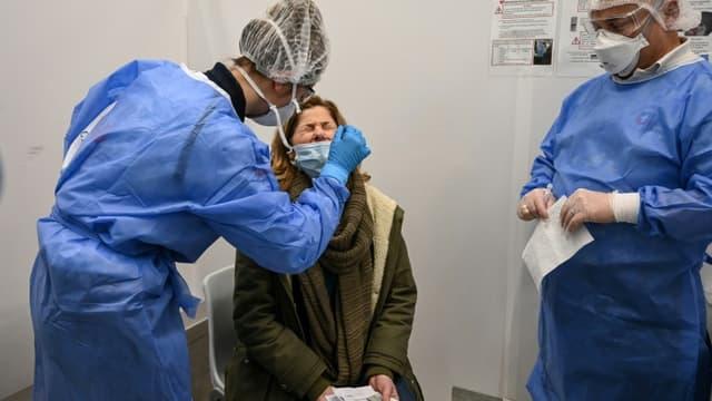 Test Covid d'une passagère entrant sur le territoire français, à l'aéroport de Roissy, à Paris, le 13 février 2021
