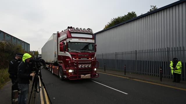 Des officiers de police déplacent le camion dans lequel 39 personnes ont été retrouvées mortes à l'est de Londres, le 23 octobre 2019