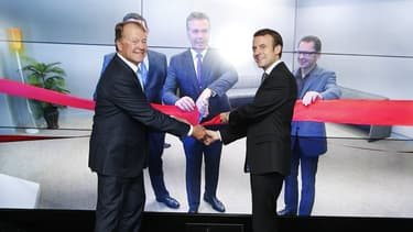 L'ancien PDG de Cisco John Chambers et le ministre de l'Économie Emmanuel Macron lors de l'inauguration, par vidéoconférence, du Paris Cisco Innovation Research Lab, le 8 octobre 2015.