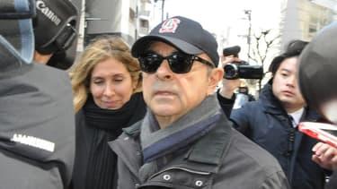 Carlos et carole Ghosn poursuivis par les médias japonais dans Tokyo.