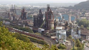 Les syndicats de l'usine ArcelorMittal de Florange (Moselle), dont les hauts fourneaux sont à l'arrêt pour une durée indéterminée, tirent le signal d'alarme à deux mois de l'élection présidentielle sur les risques de fermeture du site. /Photo prise le 9 s
