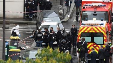 Des policiers et légistes sur les lieux d'une attaque à l'arme blanche près des anciens locaux de Charlie Hebdo, le 25 septembre 2020 à Paris