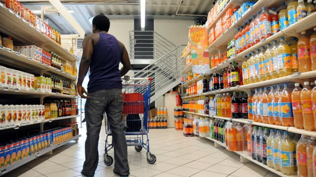 Un client dans un supermarché de Fort-de-France en 2013 (photo d'illustration)