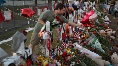 Des fleurs déposées en hommage aux victimes de la fusillade, à Parkland.