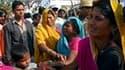 Désespoir de proches des victimes d'une bousculade dans un temple de l'Uttar Pradesh, dans le nord de l'Inde. Soixante-trois personnes au moins, des enfants pour plus de la moitié d'entre elles, ont péri. /Photo prise le 4 mars 2010/REUTERS/Jitendra Praka