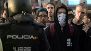 Des manifestants partisans du référendum d'indépendance de la Catalogne, face à la police espagnole à Madrid le 1er octobre 2017