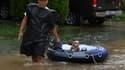 Un homme sauve son chien sur un bateau gonflable, le 29 août 2017 à Houston.