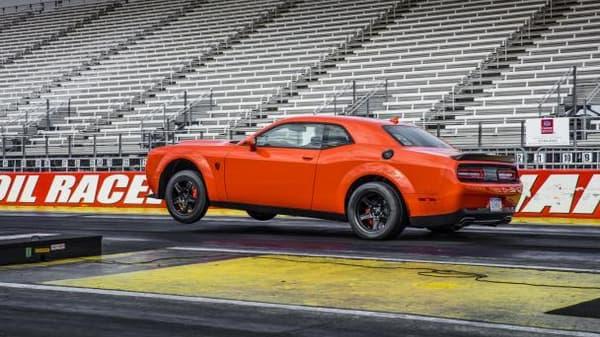 La Dodge Demon décolle déjà au démarrage lors d'un drag race