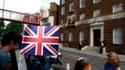 Devant l?hôpital St Mary, à Paddington dans l'ouest de Londres, où Kate Middleton a donné naissance à un garçon de 3,8 kg, lundi à 15h24 GMT. La maman et le bébé se portent bien. /Photo prise le 22 juillet 2013/REUTERS/Cathal McNaughton