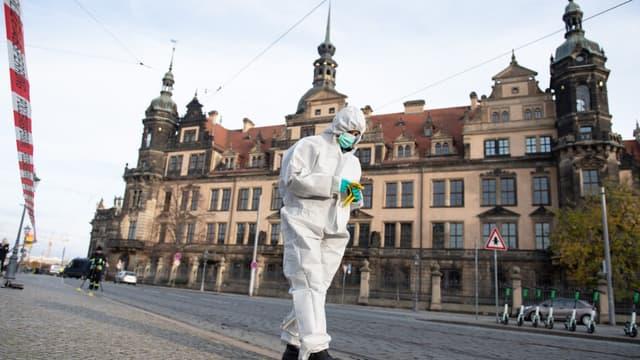 """Un enquêteur devant le Palais Royal qui héberge le musée historique """"Green Vault"""", à Dresde, en Allemagne, le 25 novembre 2019"""