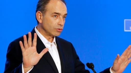"""Jean-François Copé, président de l'UMP, aurait ourdi un """"coup monté"""" pour remporter l'élection à la tête du parti face à François Fillon en novembre dernier, selon un livre paru jeudi."""