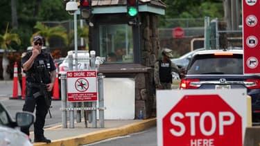 Un garde se tient près de la porte Nimitz de Pearl Harbor, à Hawaii, après qu'un marin ait tué deux personnes avant de se suicider, le 4 décembre 2019