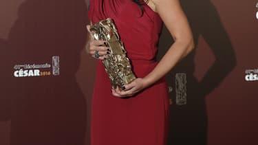 Un César dans les mains de l'actrice Sidse Babett Knudsen, février 2016