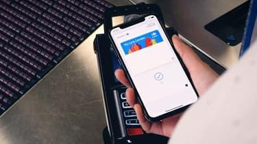 Un client de Carrefour payant avec Apple Pay