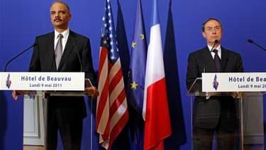 Eric Holder (à gauche), l'attorney général (ministre de la Justice) des États-Unis, aux côtés du ministre français de l'Intérieur Claude Guéant, lors d'une conférence de presse à Paris. Le haut représentant américain a indiqué que les Etats-Unis transmett