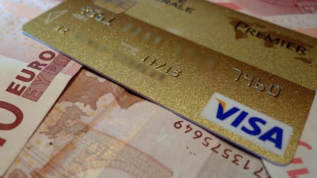La carte bancaire pèse lourd dans le budget des Français : 64,40 euros par an en moyenne en 2018.