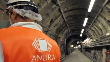 Une personne travaille dans une des galeries du laboratoire de recherche souterrain de l'Andra, à Bure.