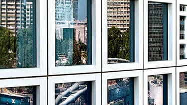 Reflet d'un quartier d'affaire de Tel-Aviv dans les vitres d'un immeuble - Israël dispose de la deuxième plus grande concentration de start-up sur son sol, juste derrière la Silicon Valley