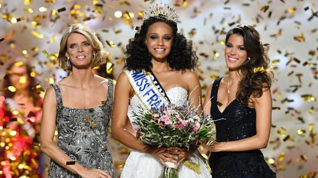 Alicia Aylies, Miss France 2017, entourée de Sylvie Tellier et Iris Mittenaere, lors de son élection à Montpellier, le 17 décembre 2017