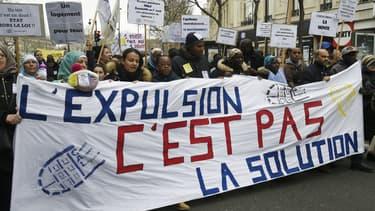 """""""L'expulsion c'est pas la solution"""", peut-on lire sur une banderole lors d'une manifestation place de la République à Paris, à l'appel du DAL (Droit au Logement), le 2 avril 2016."""