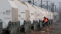 Les militants antinucléaires ont dénoncé jeudi soir la décision prise par les autorités de stopper le train convoyant des déchets nucléaires à destination de l'Allemagne en gare de Rémilly, près de Metz (Moselle). /Photo prise le 24 novembre 2011/REUTERS/