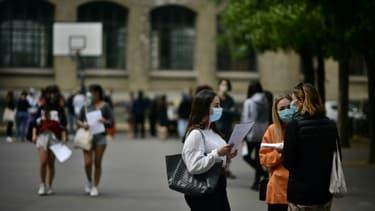 Des élèves masqués dans la cour du lycée La-Fontaine à Paris, le 7 juillet 2020, jour des résultats du bac