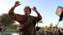 """Mouammar Khadafi après une rencontre avec une délégation de l'Union africaine à Tripoli. Mouammar Kadhafi a accepté une """"feuille de route"""" pour la paix prévoyant un cessez-le-feu immédiat en Libye lors d'une rencontre avec une délégation de l'UA, qui doit"""