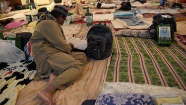 un homme lit le Coran à Islamabad, au Pakistan.