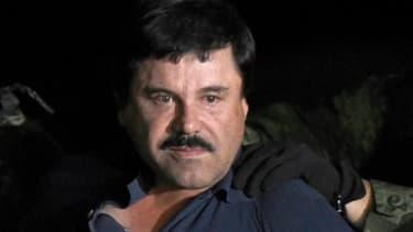 """Joaquin """"El Chapo"""" Guzman est escorté vers un hélicoptère à l'aéroport de Mexico le 8 janvier 2016 après avoir été arrêté dans l'Etat du Sinaloa"""