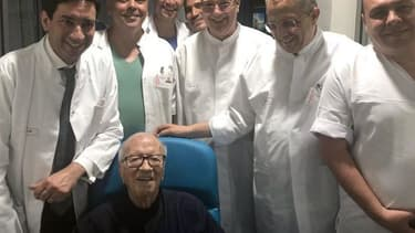 Le président Essebsi entouré du personnel soignant.