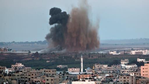 De la fumée s'élève au dessus de la ville de Gaza après une frappe israélienne, vendredi 8 août 2014.