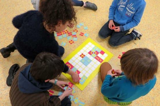 Des enfants élaborent leur espace de récréation avec le jeu Pazapa, de Célia Ferrer.